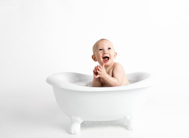 赤ちゃんがお風呂で喜んでいる写真