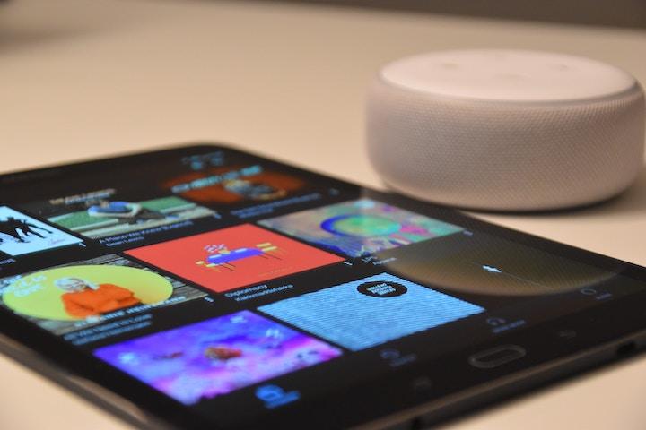 Amazon Echo Dotとタブレットの写真
