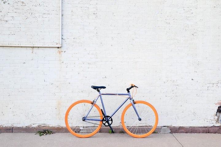 道端に置かれた自転車