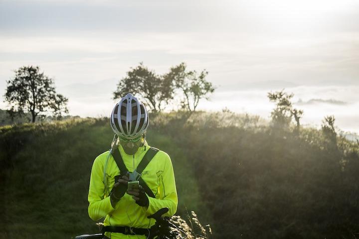 自転車から降りてスマホを操作する男性