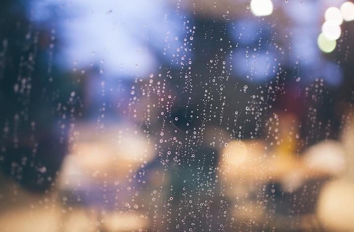 ガラスに付いた雨粒