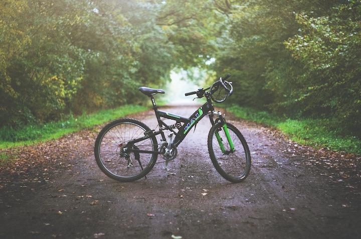 山道の真ん中に置かれた自転車