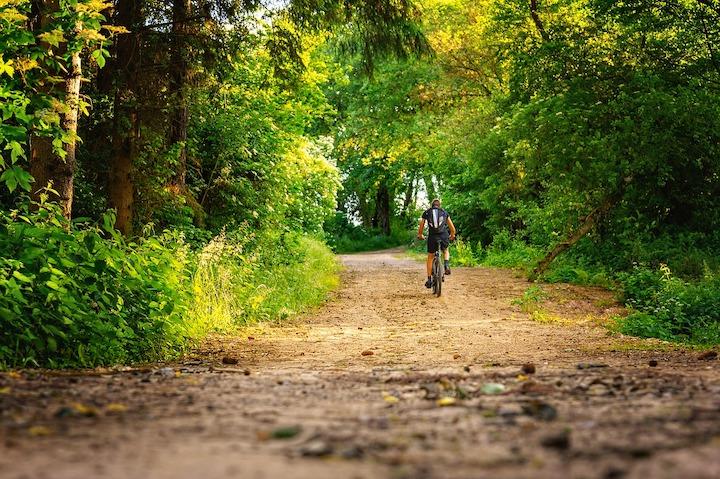 自転車で山道を走る男性