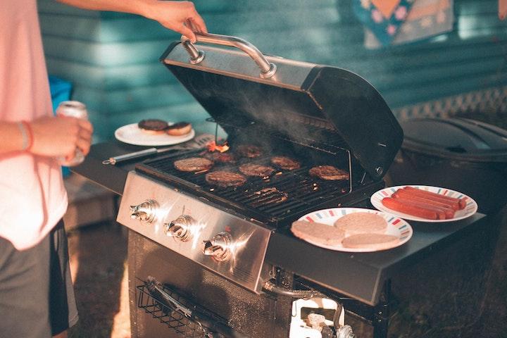 コンロで焼かれたお肉