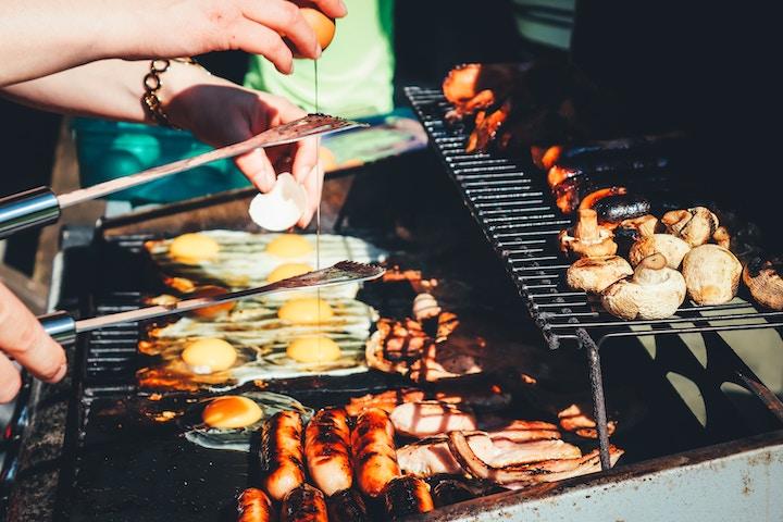 コンロで焼かれたお肉や海鮮