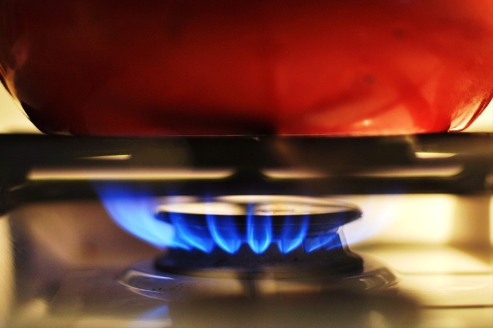 鍋に火をヵける写真