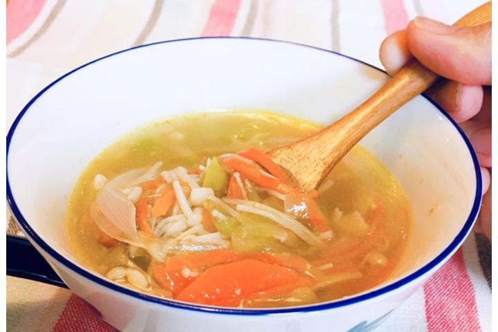 和風だしで作る野菜スープの写真