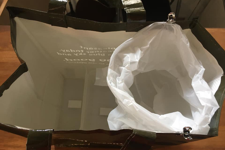 セリアで購入した袋にゴミ袋をセット