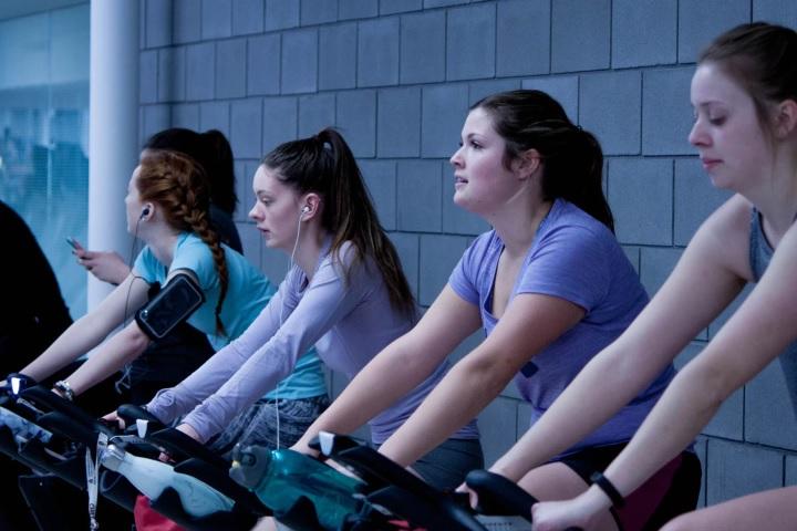 トレーニングを行っている女性