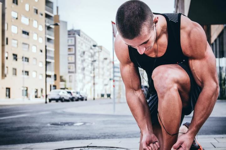 男性が運動をしている画像