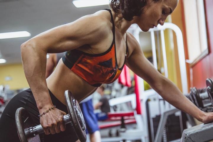 女性がトレーニングをしている画像