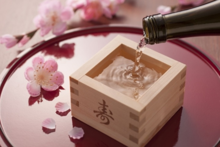 日本酒を注いでいる画像