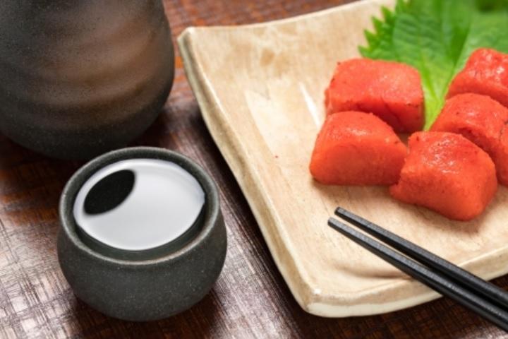食事と日本酒を楽しんでいる画像
