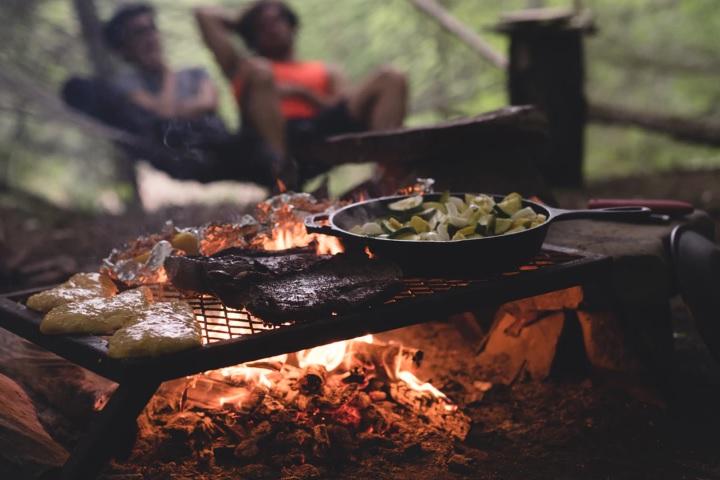 キャンプで料理をしている画像