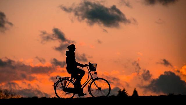 自転車を漕いでいるイメージ