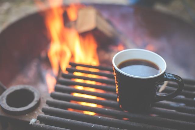 コーヒーと焚き火の写真