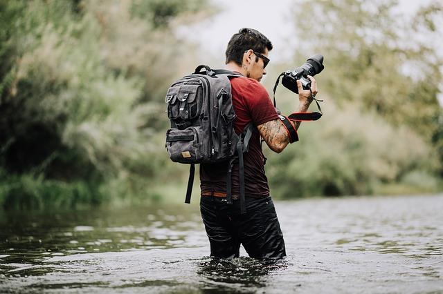 カメラリュックを背負う男性