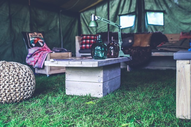 テントの中のテーブル
