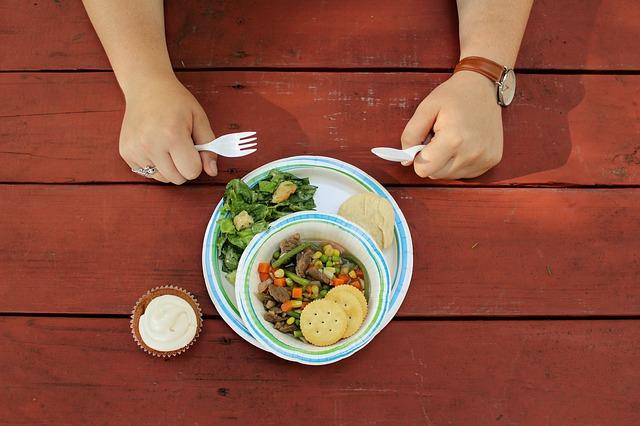 キャンプテーブルと食事
