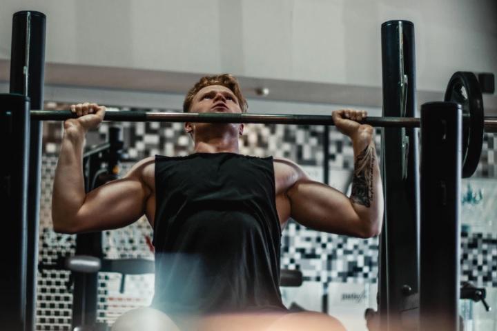 筋肉を鍛えている男性の画像