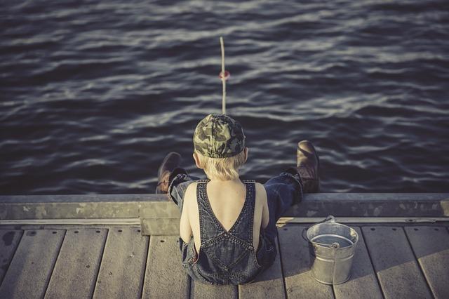 釣りを楽しむ少年