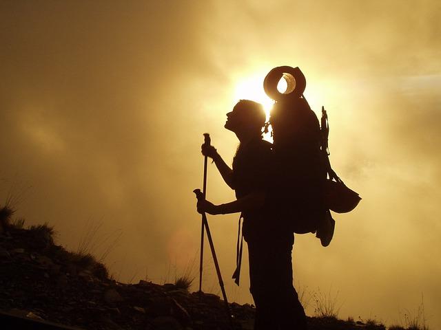 後光がさしてる登山者の写真