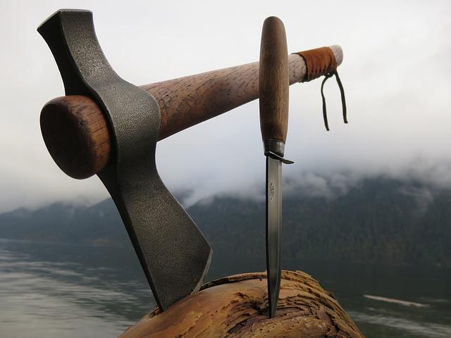 斧とナイフの写真