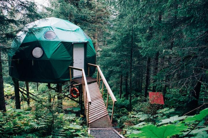 森の中にあるテント