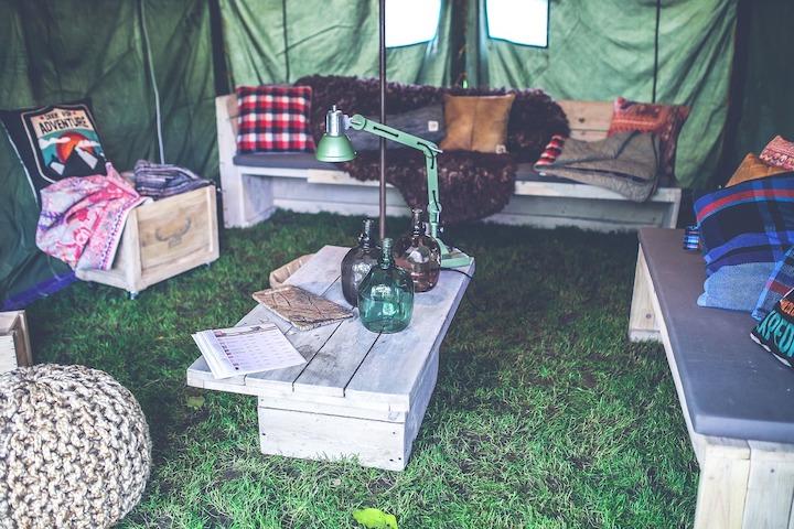 テントの中に設置されたベンチやテーブル