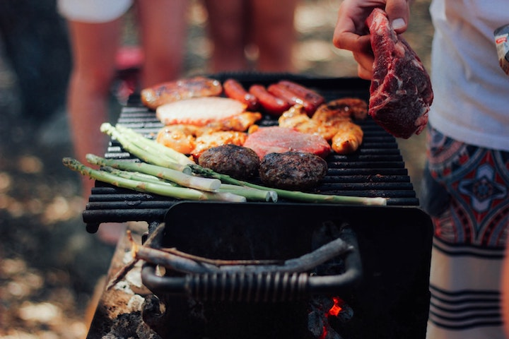 BBQコンロの上で焼かれた肉や野菜