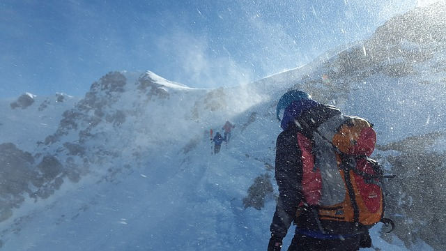 雪山を登る人の写真