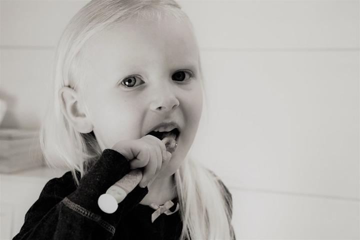 歯を磨く少女の写真