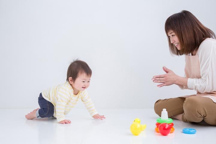 おもちゃと子どもの写真