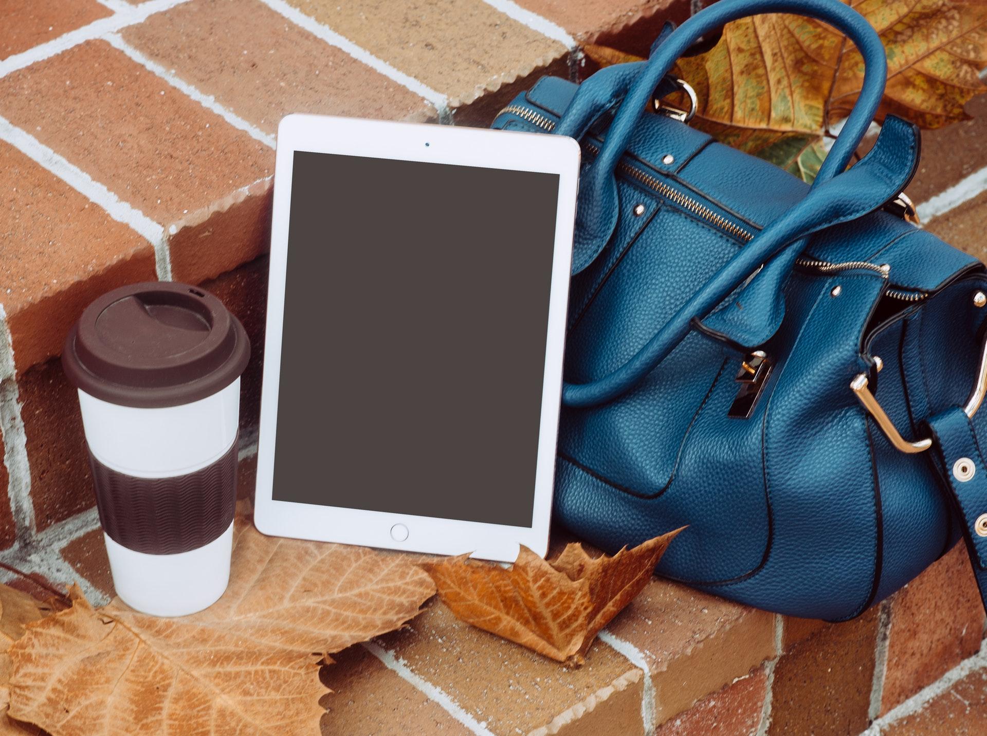 iPadを持ち運んでいる画像