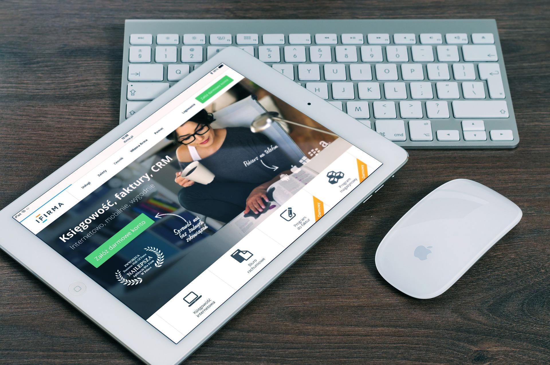 iPadとスマートキーボードがある画像
