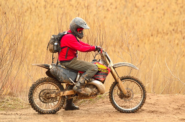 モトクロスバイクに乗る男性