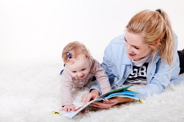 赤ちゃんと女性の画像