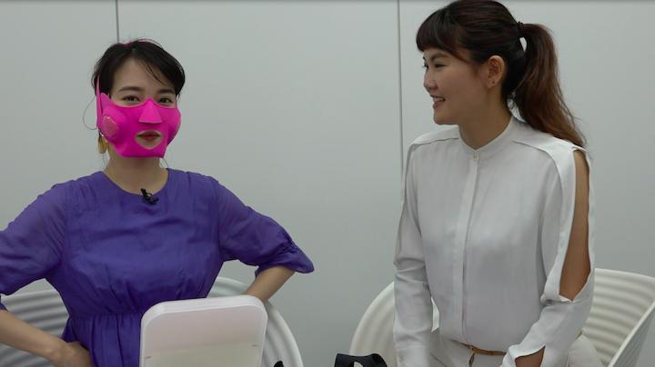 ヤーマンメディリフトアクアのピンクを装着した奈津子画像