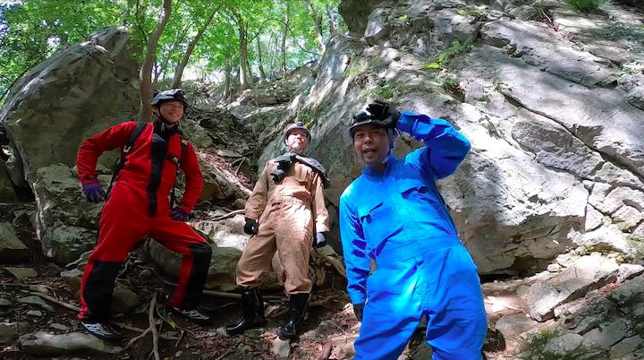 GoProHERO8blackを持って洞窟探検をする探検隊のメンバー画像