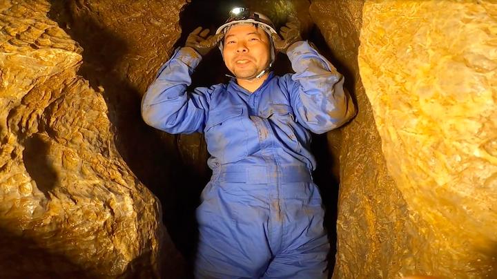 GoProHERO8blackを持って洞窟探検を楽しむUZU店長の画像
