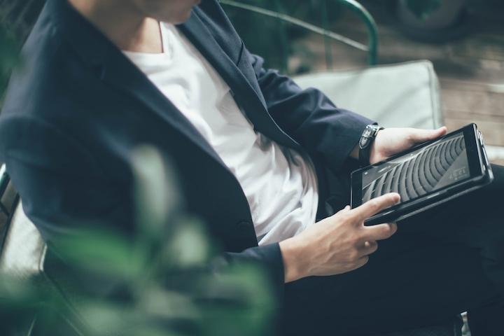 ケース付きのiPadで作業する男性