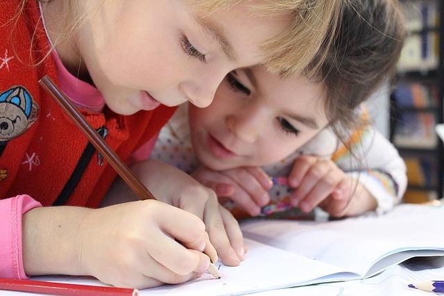 鉛筆を使う子ども