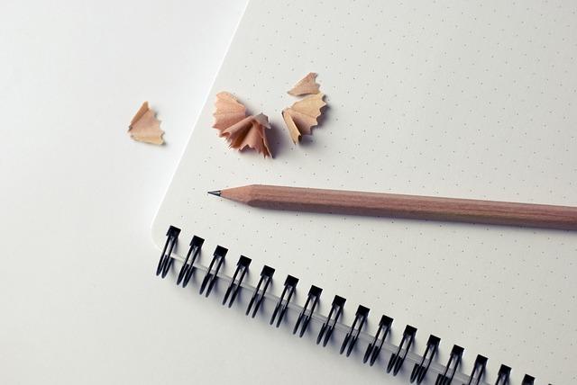削った鉛筆とノート