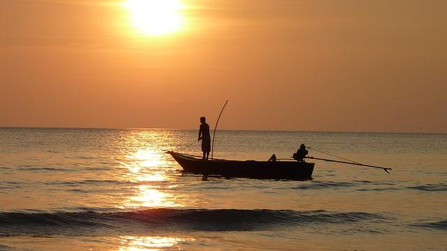 海で釣りを行っている画像