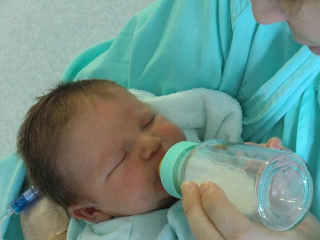 新生児がミルクを飲んでいる写真