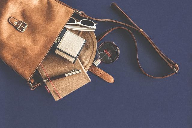 バッグの中身と香水の写真