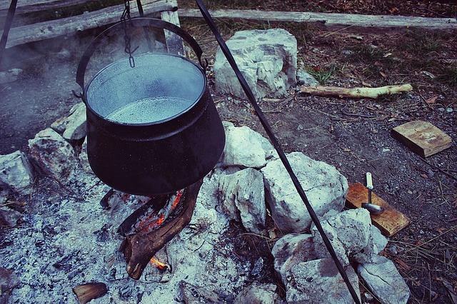 火にかけた鍋の写真