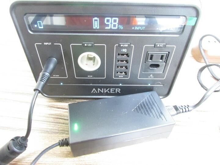 アンカー パワーハウスを充電している写真