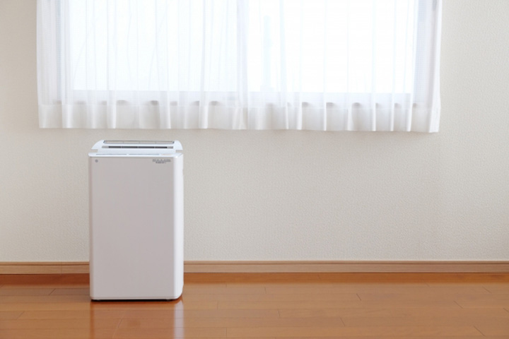 腰窓と空気清浄機