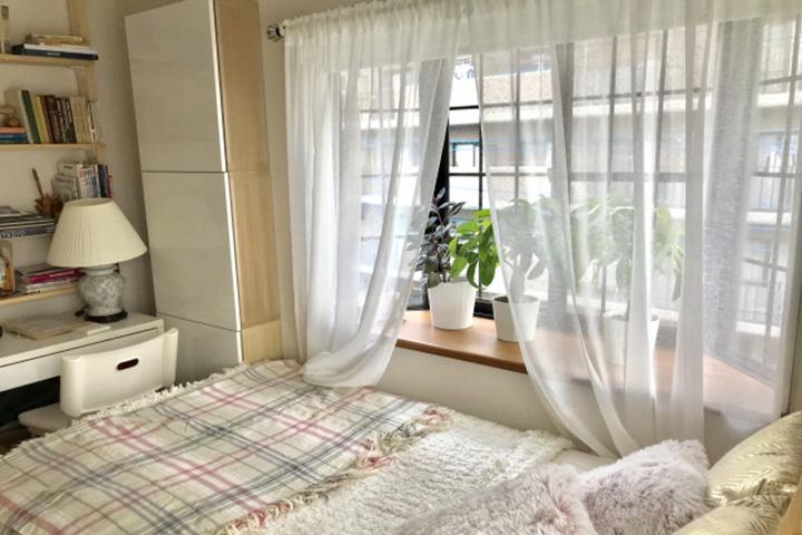 ベッドルームの出窓